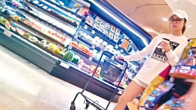 Hoa hậu Hoa kiều 2005 rẽ vào một tiệm thực phẩm, mua một chút rau xanh, bánh mì và hoa quả. Trên trang cá nhân, bà bầu tiết lộ rằng để có một thai kỳ khỏe mạnh, cô chú trọng yếu tố dinh dưỡng.