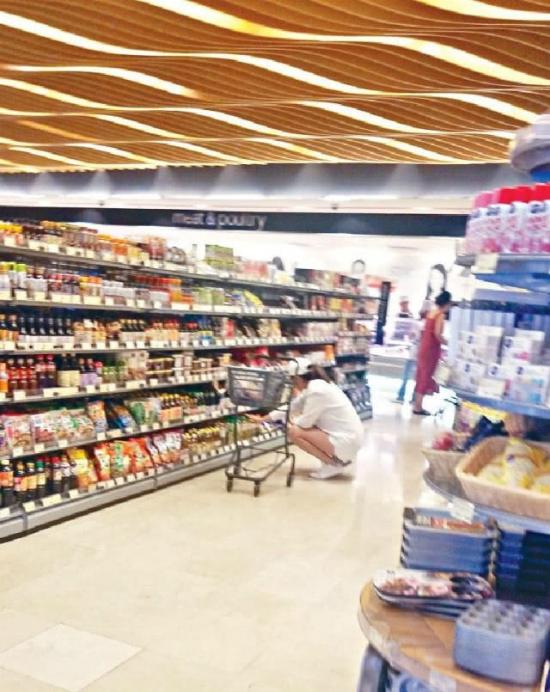 Hoa hậu Hoa kiều 2005 rẽ vào một tiệm thực phẩm, mua rất nhiều rau xanh. Trên trang cá nhân, bà bầu tiết lộ rằng để có một thai kỳ khỏe mạnh, cô rất chú trọng yếu tố dinh dưỡng.