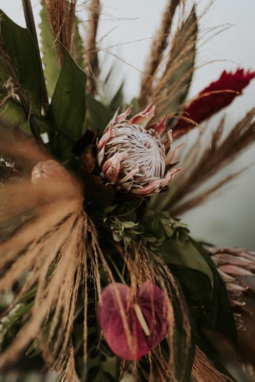 Các loại hoa được sử dụng trong hôn lễ đều là hoa nhập khẩu gồm: thảo đường hoàng đế, mao lương, phi yến để phù hợp với màu chủ đạo của đám cưới là mận chín.