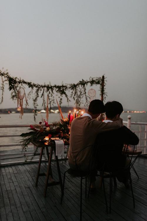 Uyên ương thưởng thức bữa ăn dưới ánh nến lung linh. Đám cưới của cả hai được thực hiện nhờ sự hỗ trợ của photo: Phan Tiến, wedding planner: Meraki, stylist & concept: Phan Tien, Hoang Thanh Xuan, decor: handsheartwedding, suit: DanvaBespoke, invitation: Flocat creation, homestay: Dejavuhousehalong, plates: hangxennn, cakes: vinhtam, cutlery: royalswansevent.