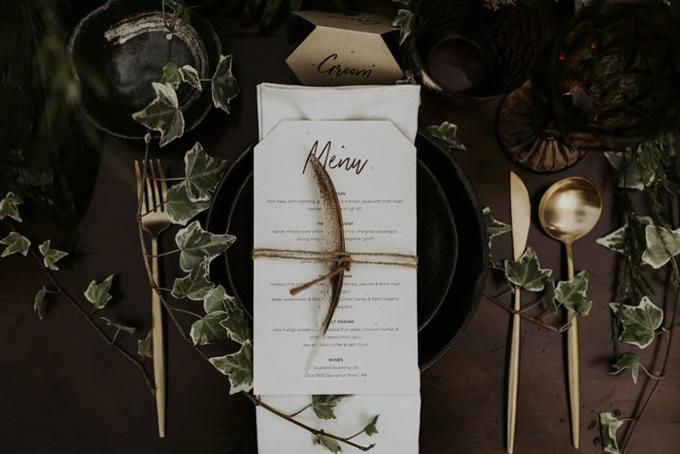 Để tạo nên sự lãng mạn, sang trọng, wedding planner đã dùng dao, thìa, nĩa vàng đồng và dùng dây leo để trang trí.