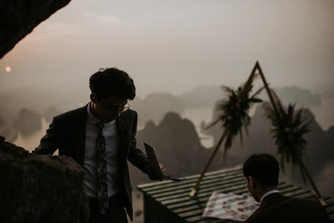 Theo tờ Junebug Weddings, Hoàng vàPhong đã phải dậy từ 3h sáng để leo lên núi Bài Thơ, nơi tổ chức đám cưới cách mực nước biển 200m. Cả ekip thực hiện đã kiệt sứckhi leo được tới đỉnh núi, sau khi trải quachặng đường với núi đá dốc cheo leo trong vòng một tiếng rưỡi.