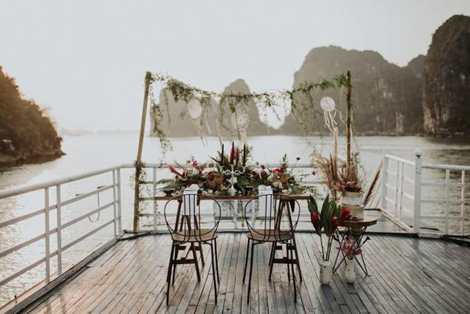 Sau buổi chụp ảnh trên đỉnh núi Bài Thơ, uyên ương xuống thuyền để thưởng thức bữa ăn mừng đám cưới.