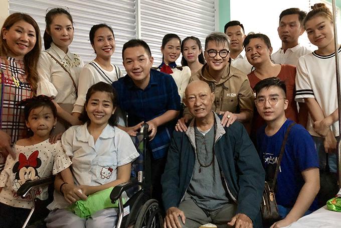Các nghệ sĩ và mạnh thường quân vào viện thăm hai diễn viên Mai Phương, Lê Bình chiều 1/9.