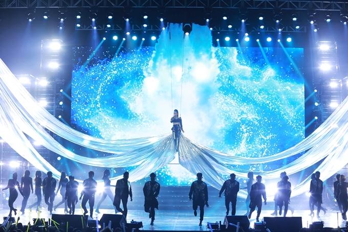 Thu Minh mặc váy gợi cảm lấn át Tóc Tiên trong đêm nhạc - 1