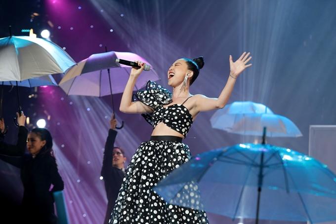 Thu Minh mặc váy gợi cảm lấn át Tóc Tiên trong đêm nhạc - 2