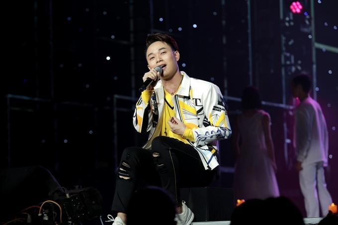 Thu Minh mặc váy gợi cảm lấn át Tóc Tiên trong đêm nhạc - 10
