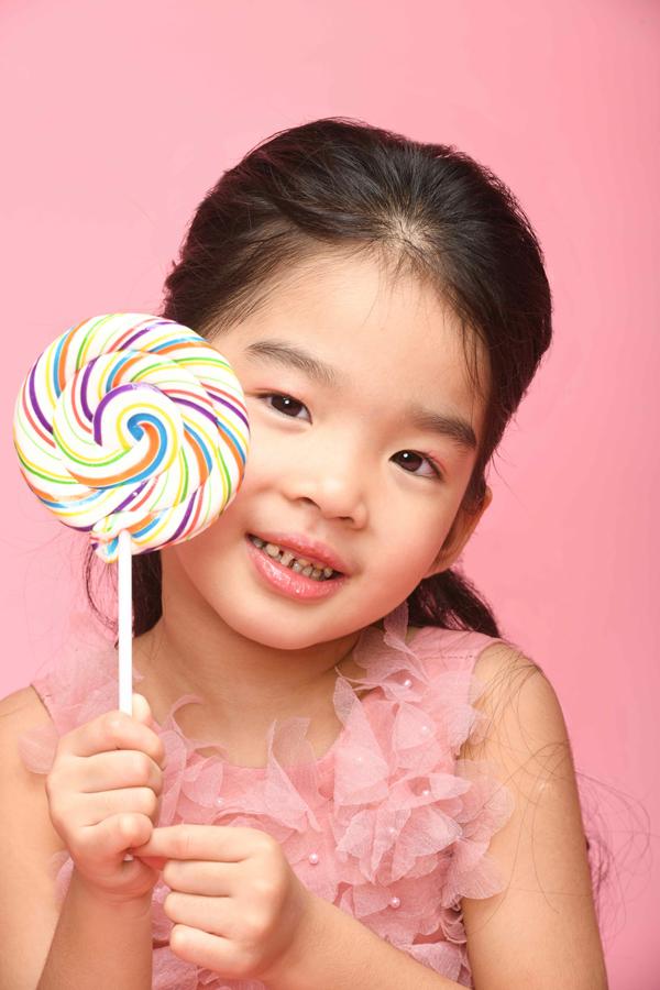 Trong bộ ảnh kỷ niệm với mẹ, bé Thỏ mặc váy hồng đáng yêu, không ngại cười lớn để lộ hàm răng sún.