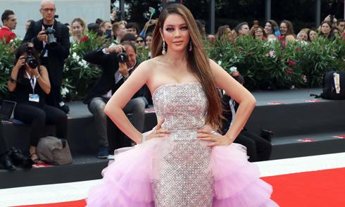 Lý Nhã Kỳ mặc váy đính hàng nghìn viên pha lê dự LHP Venice