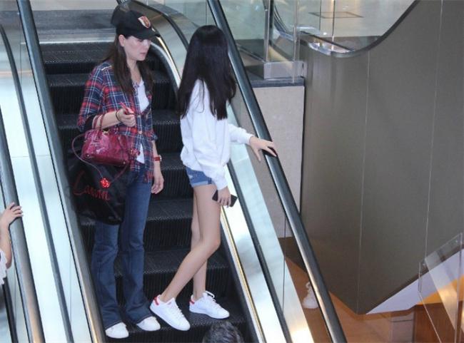 Hai mẹ con rời khỏi trung tâm thương mại sau hơn một giờ đồng hồ đi mua sắm. Ella không thoải mái với ống kính, cô bé quay đi chỗ khác.