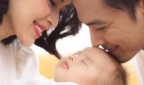 Ảnh hot 2/9: Tú Vi - Văn Anh ngồi hút sữa, cho con bú kỷ niệm 5 năm yêu nhau