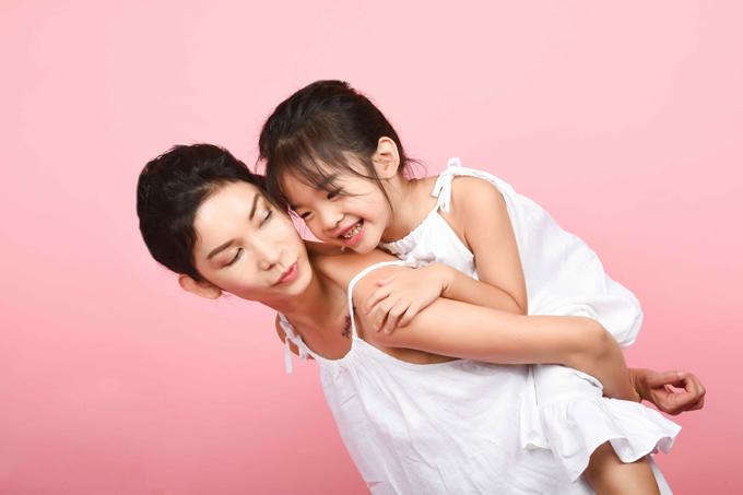 Dù khá bận rộn với trường đào tạo kỹ năng trình diễn cho trẻ em nhưng cô luôn ưu tiên việc chăm sóc bé Thỏ lên hàng đầu. Nàng công chúa nhỏ cũng là một học viên ưu tú của Xuân Lan.
