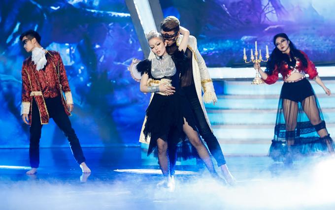 Ca sĩ Kim Thành gây ấn tượng với màn giả ca sĩ Pink, thể hiện ca khúc Try cùng vũ đoàn minh họa.