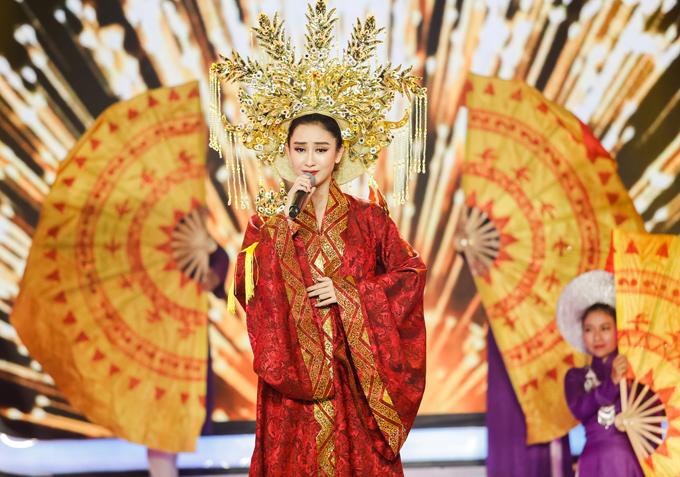 Á hậu Hà Thu đầu tư kỹ lưỡng về trang phục, khoe nhan sắc khả ái khi hát ca khúc Tình đất Phương Nam.