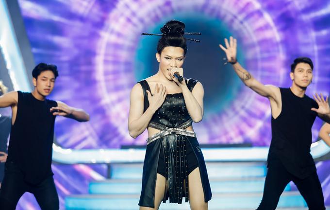 Ca sĩ Anh Tú mặc sexy, hóa thân đàn chị Hồ Quỳnh Hương trong tiết mục Hoang mang.