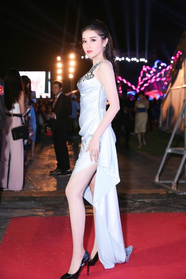 Á hậu Huyền My chọn váy xẻ đùi cao thu hút. Cô cũng được mời tham gia ban bình luận phần thi Người đẹp Thời trang.