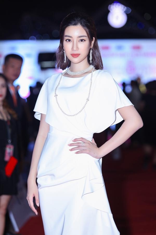 Hoa hậu Việt Nam 2016 Đỗ Mỹ Linh thanh lịch với thiết kế màu trắng. Cô đồng hành xuyên suốt cuộc thi với vai trò ban giám khảo và đương kim Hoa hậu.