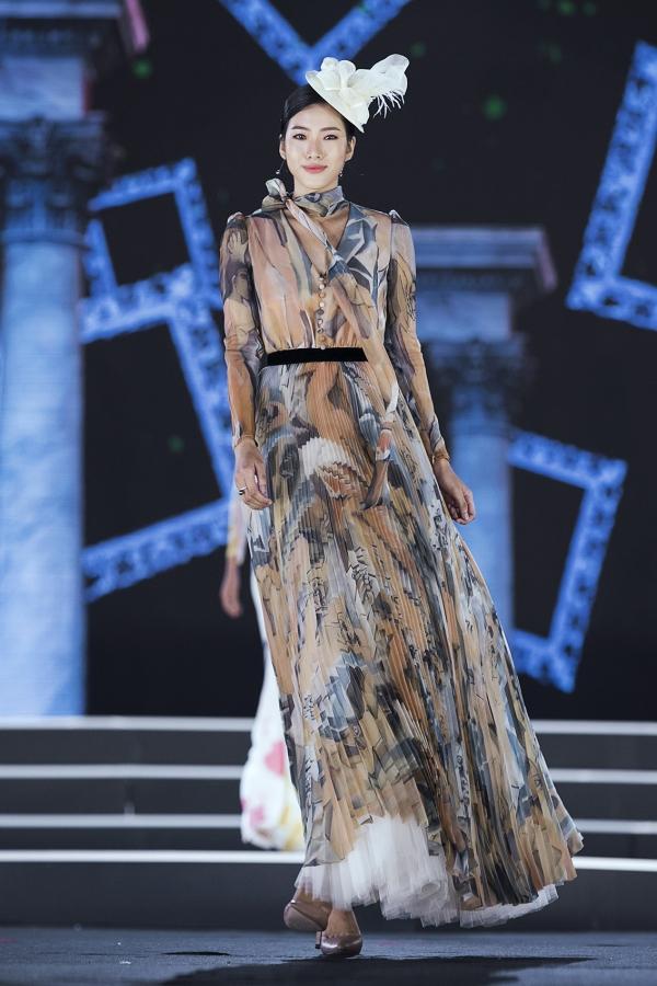 Sau ba đêm trình diễn, top 3 Người đẹp Thời trang được công bố. Nguyễn Hoài Phương Anh được gọi tên đầu tiên. Cô là Hoa khôi Học viện Báo chí và Tuyên truyền 2018.