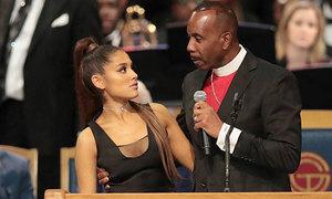 Mục sư xin lỗi vì đã đặt tay vào ngực Ariana Grande trong tang lễ
