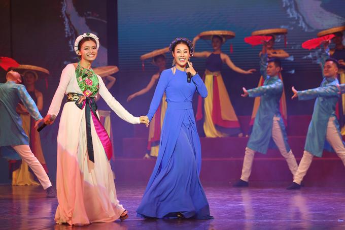 Vợ chồng NSƯT Việt Hoàn đưa hai con gái đi diễn - 5