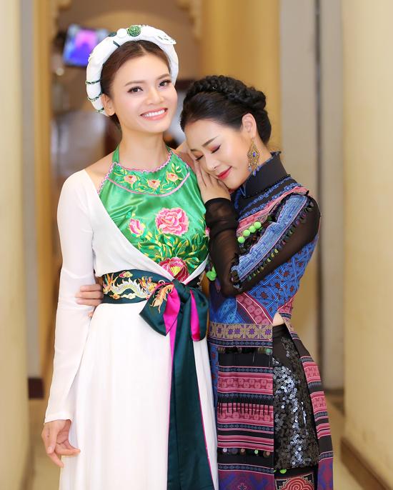 Vợ chồng NSƯT Việt Hoàn đưa hai con gái đi diễn - 4