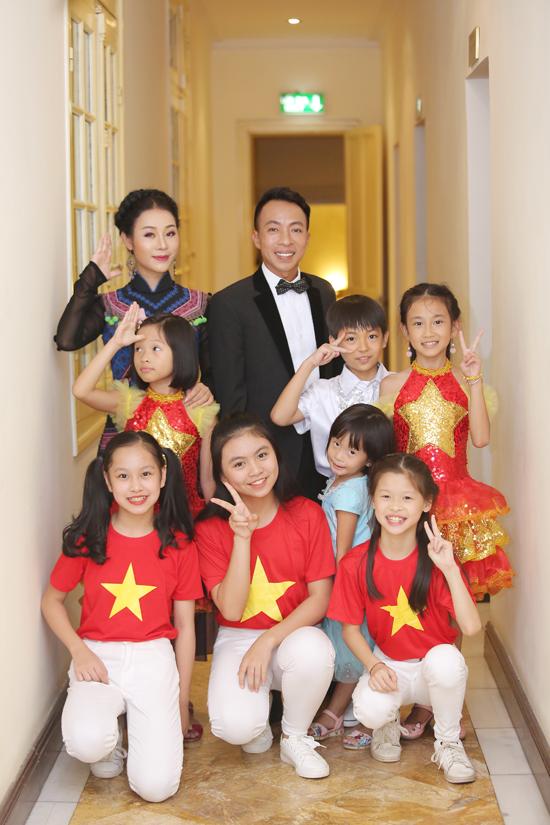 Vợ chồng NSƯT Việt Hoàn đưa hai con gái đi diễn - 2