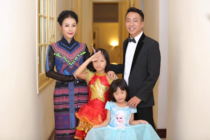 Vợ chồng NSƯT Việt Hoàn đưa hai con gái đi diễn - 1