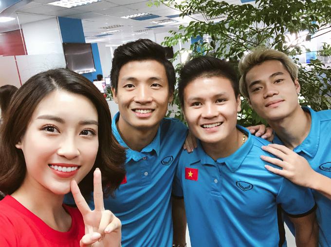 Đỗ Mỹ Linh selfie cùng các cẩu thủ Bùi Tiến Dũng, Quang Hải, Văn Toàn khi tham gia buổi trả lời phỏng vấn trực tuyến sau khi Olympic Việt Nam trở về nước.