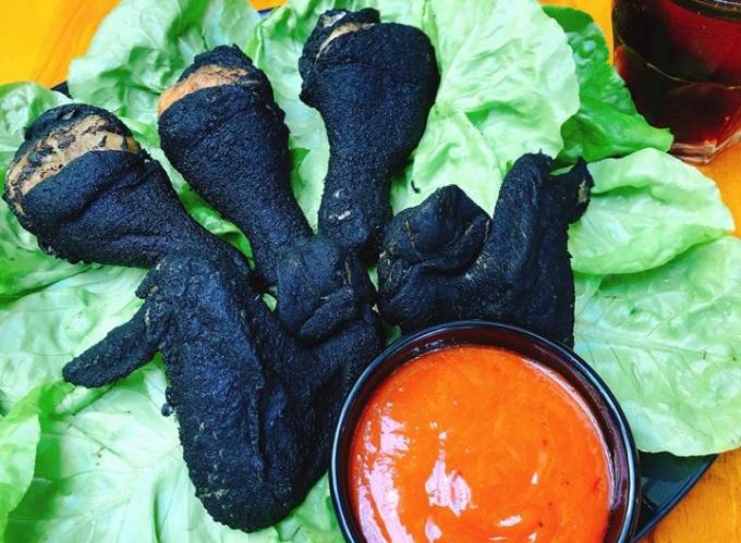 Gà rán đen như than mới nổi ở Sài Gòn