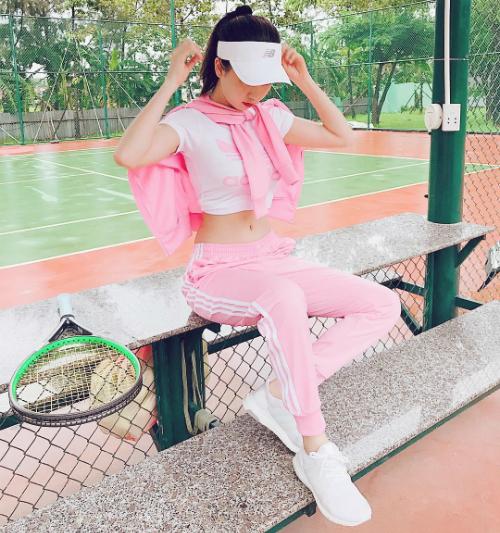 Ngọc Trinh khoe khéo eo thon trong bộ đồ thể thao hồng nữ tính khi đi chơi tennis.