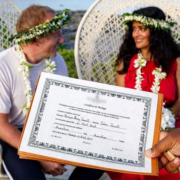 Vợ chồng Salma trao lại lời thề kèm theo giấy chứng nhận kết hôn.