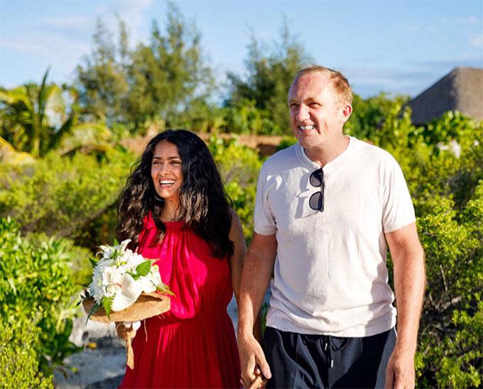 Vài ngày trước, chồng tỷ phú đã gây bất ngờ cho Salma trong kỳ nghỉ khi bí mật tổ chức một buổi lễ kỷ niệm 9 năm ngày cưới.