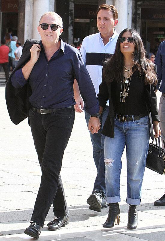 Vợ chồng cô đào Hollywood không rời tay nhau trên đường phố.