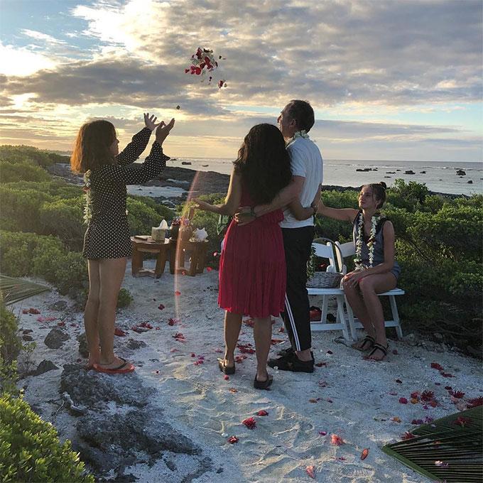 Buổi lễ được tổ chức lãng mạn bên biển trước nhân chứng là cô con gái Valentina của họ (bên trái). Salma hạnh phúc thổ lộ: Mùa hè đang khép lại và khoảnh khắc tuyệt vời nhất của tôi là khi chồng tôi gây ngạc nhiên với một lễ cưới lại. Đây không phải set đồ tôi sẽ chọn trong lễ cưới, chỉ là tôi tưởng mình sẽ tới spa!.