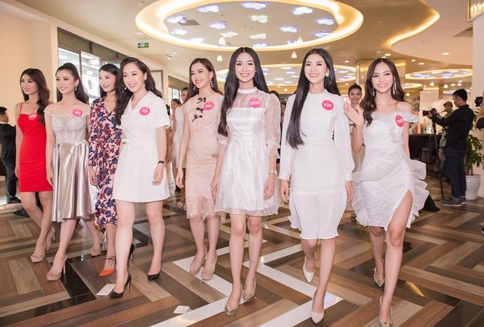 Sau ba tuần ở Hạ Long và Đà Nẵng, các thí sinh vòng chung kết Hoa hậu Việt Nam 2018 tập trung tại TP HCM chuẩn bị cho chặng đua cuối cùng. Họ vừa được ban tổ chức đón tiếp ở tiệc chào mừng chiều ngày 3/9.