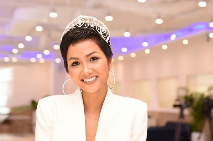 Những Hoa hậu, Á hậu lạm dụng đội vương miện khi dự sự kiện - 5