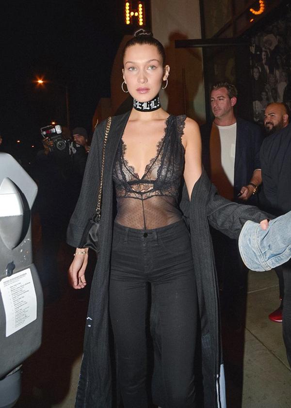 Chân dài Bella Hadid kết hợp hai lớp ren sexy trên nền đen bí ẩn khi đi chơi cùng hội bạn gái.