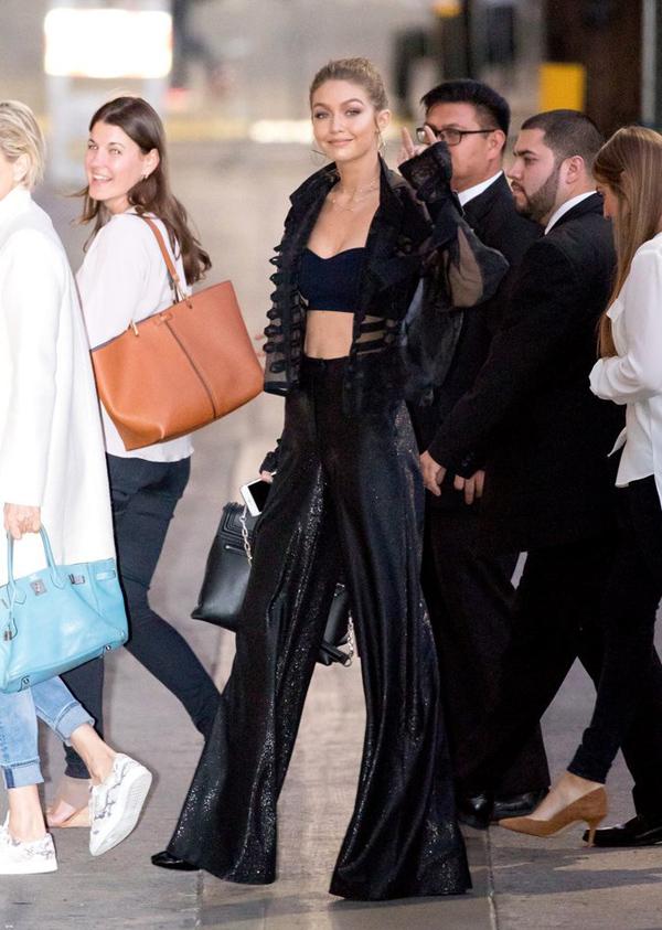 Nàng siêu mẫu thế hệ mới Gigi Hadid - chị gái của Bella - cũng diện cây đen nhưng sử dụng bra-top dày dặn.