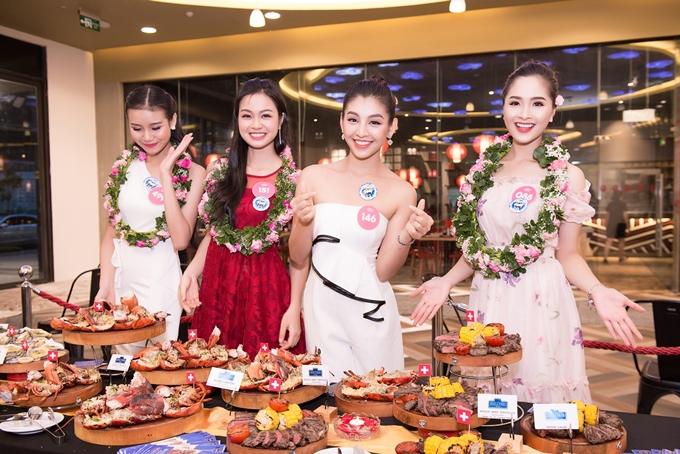 Các thí sinh hào hứng thưởng thức nhiều món ăn hấp dẫn tại buổi tiệc.
