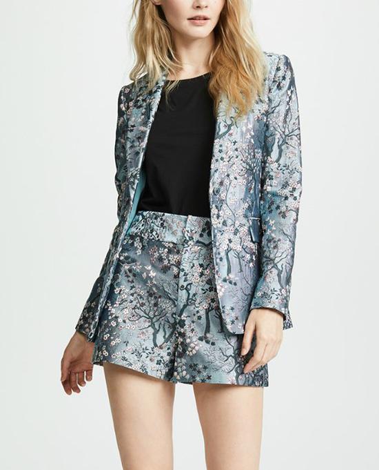 Bên cạnh kiểu dây lưng vải ton-sur-ton cùng bộ cánh, nhiều fashionista còn chọn các kiểu belt bằng da để diện cùng áo blazer.