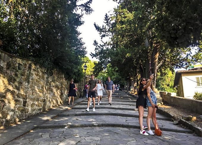 Từ trung tâm thành phố có nhiều cách để lên quảng trường Michelangelo, bạn có thể đi bus, đạp xe qua con dốc để lên trên đồi hoặc đi bộ qua các bậc cầu thang.