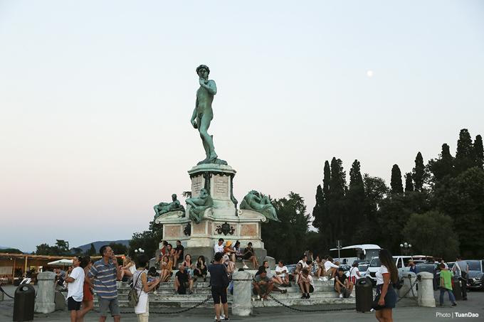 Được đặt tại trung tâm quảng trường là một phiên bản của bức tượng David, một biểu tượng của thành phố cao khoảng 4m, hướng về phía trung tâm thành phố
