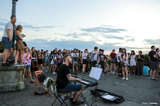 Ở đằng sau , một nghệ sĩ trẻ người Ý đang hát những bản tình ca khiến khung cảnh càng thêm lãng mạn và rực rỡ.