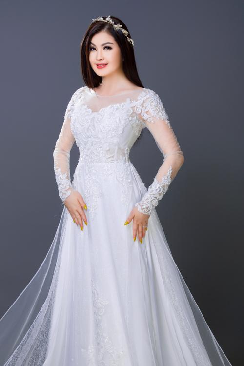 Áo dài cưới với chất liệu nhẹ nhàng, tạo sự dễ chịu, mát mẻ cho người mặc. Cô dâu lưu ý không chọn ren dạng to mà ưu tiên ren nhỏ, nổi để tạo nét thanh thoát hơn cho trang phục.