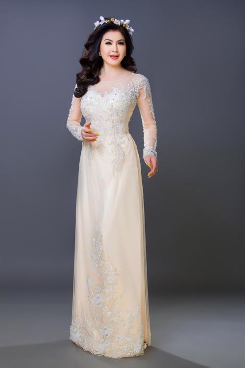 Một bí kíp về ăn mặc nữa dành cho cô dâu có vóc dáng tròn trịa là nên diện áo dài và quần cùng màu để tân nương trông cao và thon thả hơn.