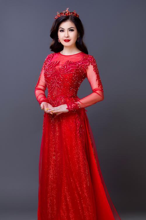 Yến Vy sinh năm 1979, từng đoạt ngôi Á hậu cuộc thi Diễn viên điện ảnh triển vọng TP HCM năm 1997. Trong bộ ảnh giới thiệu những thiết kế áo dài cưới của NTK Minh Châu, Á hậuxuất hiện với nét đẹp mặn mà, sang trọng.