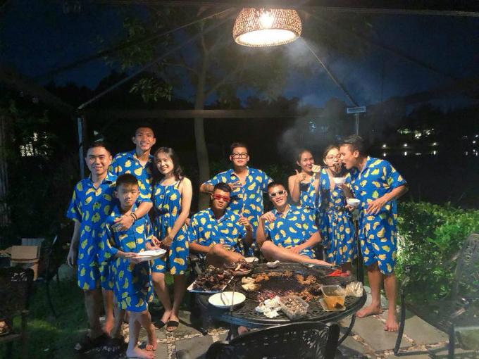 Các cầu thủ Bùi Tiến Dũng, Hà Đức Chinh, Quang Hải, Văn Hậu... vui vẻ tụ tập ăn uống.