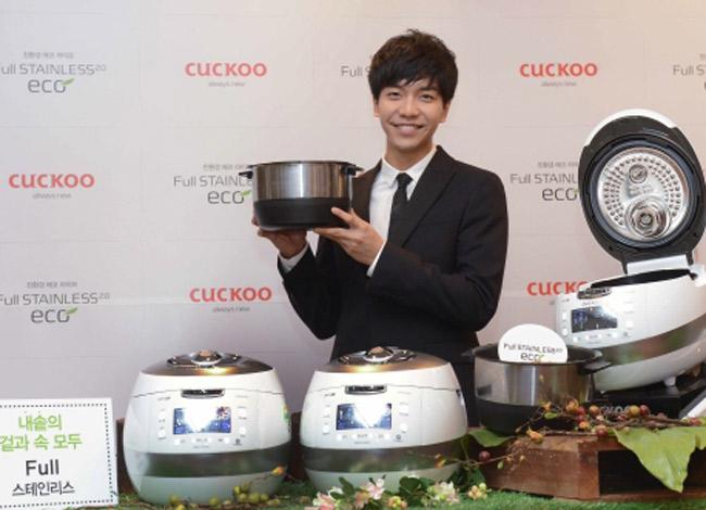 Diễn viên Lee Seung Ki trong lễ ra mắt dòng sản phẩm mới của nồi cơm điện Cuckoo năm 2015. Ảnh: Koreabiz.