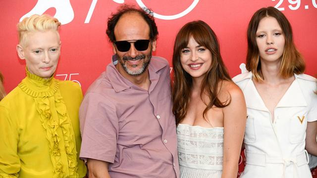 Cô đứng chụp hình cùng đạo diễn Luca Guadagnino (đeo kính) và dàn diễn viên của phim.
