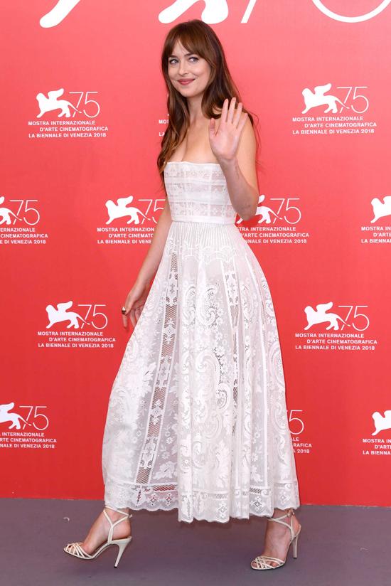 Dakota Johnson diện bộ đầm quây mong manh tới tham dự buổi họp báo giới thiệu phim Suspiria tại liên hoa phim Venice ở Italy ngày 2/9.